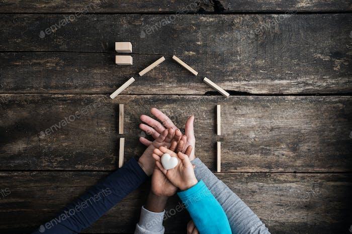 Konzeptionelles Bild von Familienliebe, Zusammengehörigkeit und Sicherheit