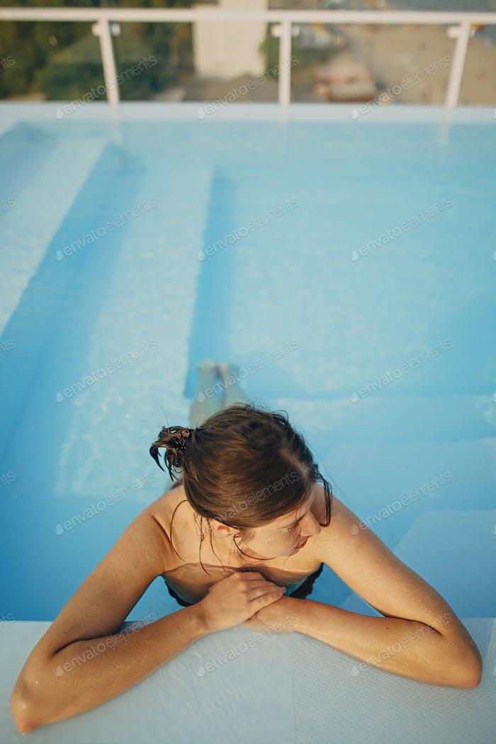 Brünette Mädchen im Sommerurlaub Schwimmen im Pool