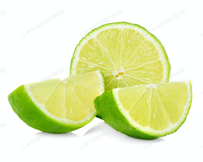 Zitrus-Limettenfrucht halb isoliert auf weißem Hintergrund