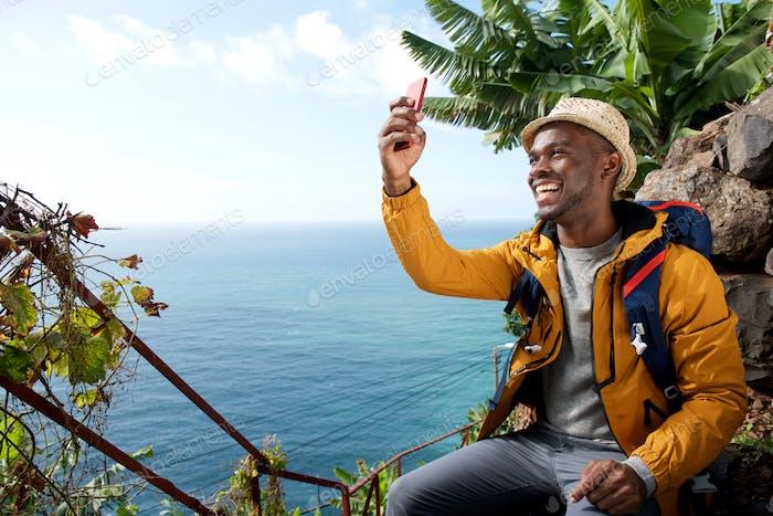 glücklich African American Reise-Mann nehmen selfie