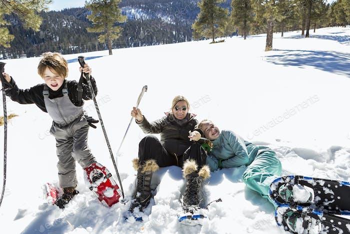 Женщина и двое детей в снегоступках в толстом снегу