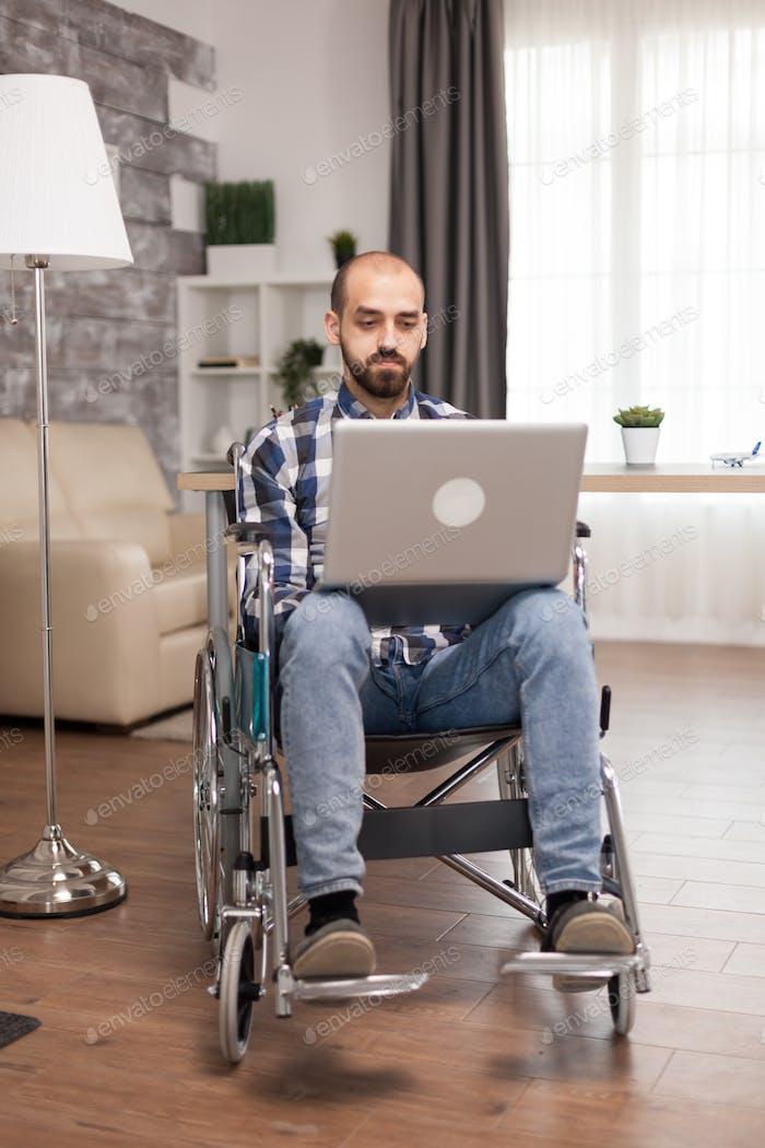 Gerente en silla de ruedas