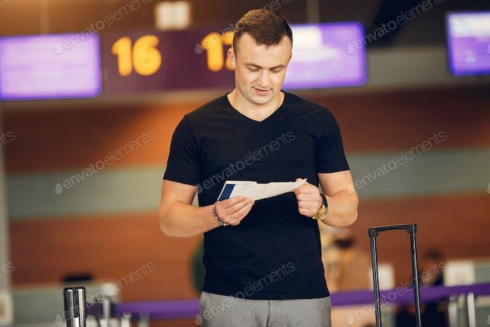 Hübscher Mann stehend in einem Flughafen