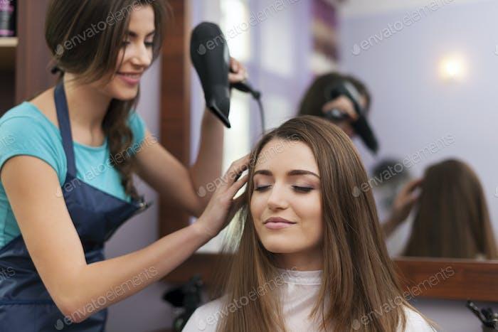 Haar-Stylistin Trocknen Frau Haar