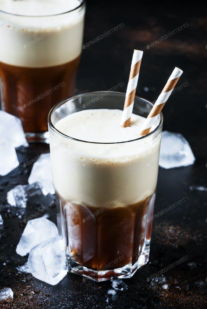 Kalter schaumiger Frappe-Kaffee in großen Gläsern