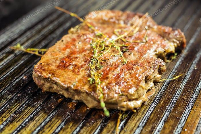 Nahaufnahme eines Steaks auf dem Grill