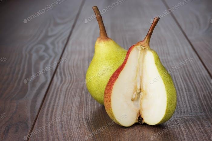 Frische Birnen auf Holztisch
