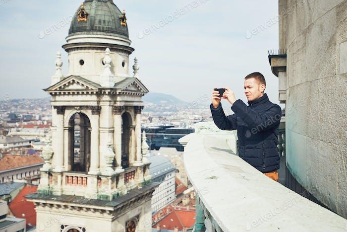 Turista Encantador fotos con el teléfono Inteligente
