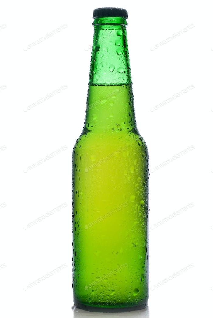 Grüne Bierflasche mit Wassertropfen auf weiß isoliert