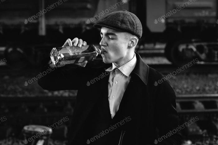 Жестокие гангстеры, пьющие на фоне железнодорожного вагона
