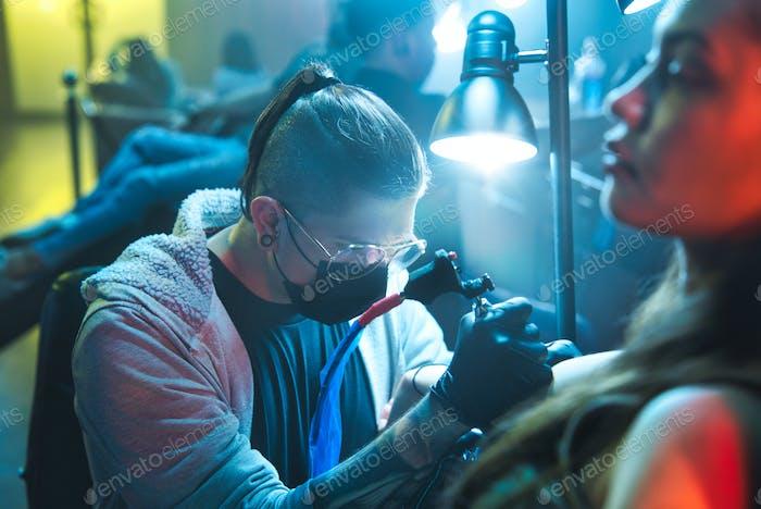 Künstler Zeichnung Tattoo Auf Client In Salon