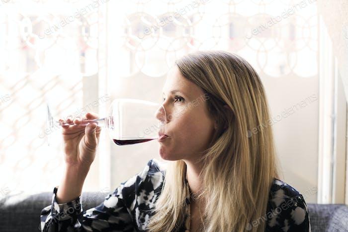 Frau trinken Rotwein im libanesischen Restaurant