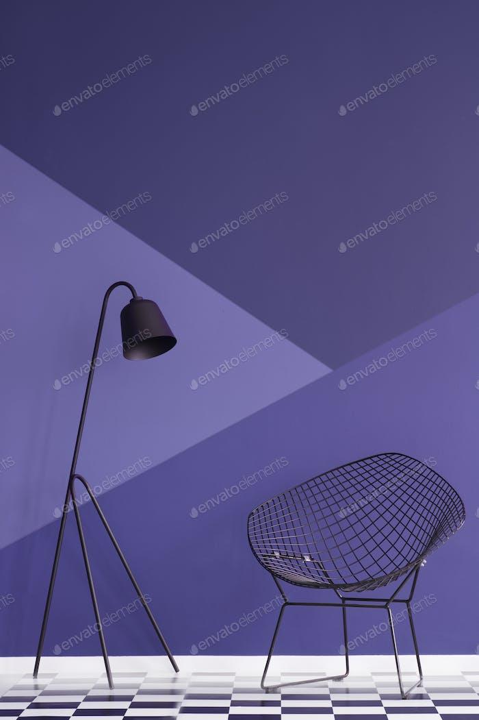 pared violeta asimétrica en el interior de la sala de estar Moderno con met