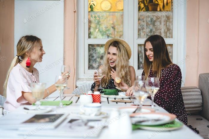 drei Mädchen am Tisch