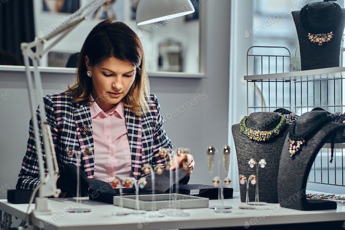 Frau Verkäufer in einem Luxus-Juweliergeschäft.