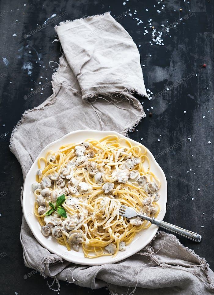 Pasta-Spaghetti mit cremiger Pilzsauce und Basilikum