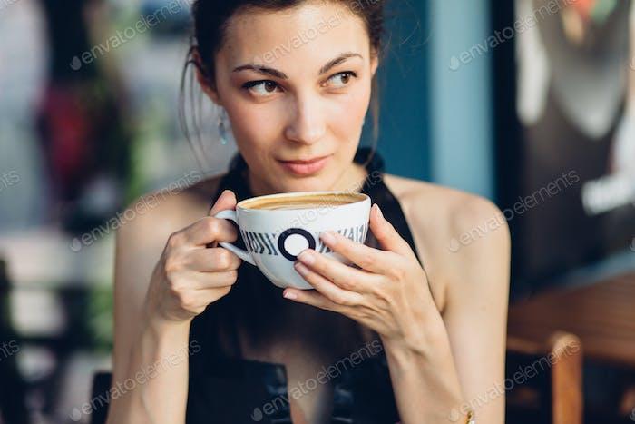 Hübsche Frau trinken Kaffee