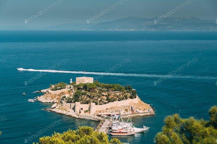Kusadasi, Aydin Provinz, Türkei. Draufsicht Von Der Taubeninsel. Alte Festung aus dem 14. bis 15. Jahrhundert auf