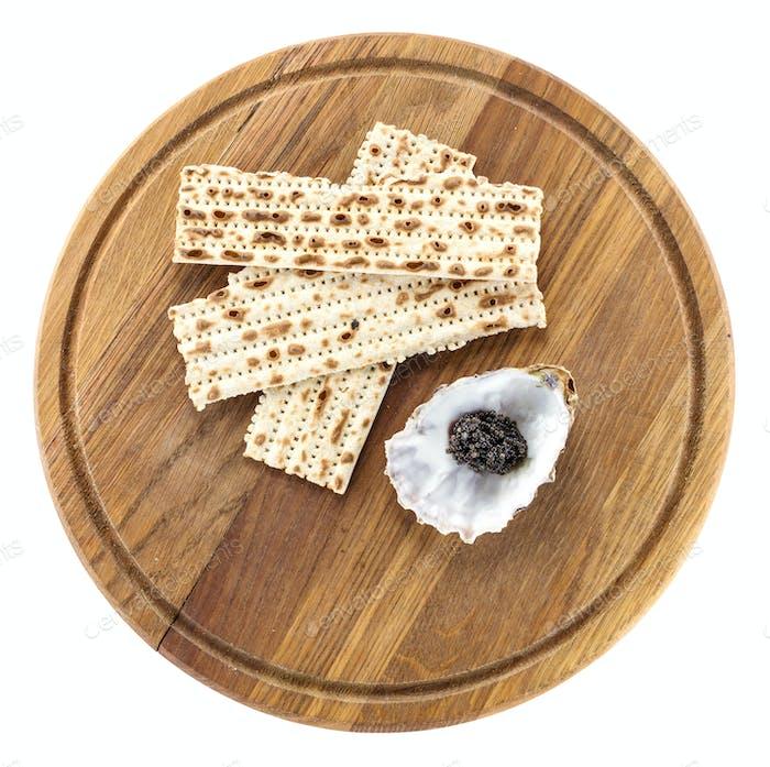 Schwarzer Kaviar und Matzah auf Schneidebrett, mit Pfad