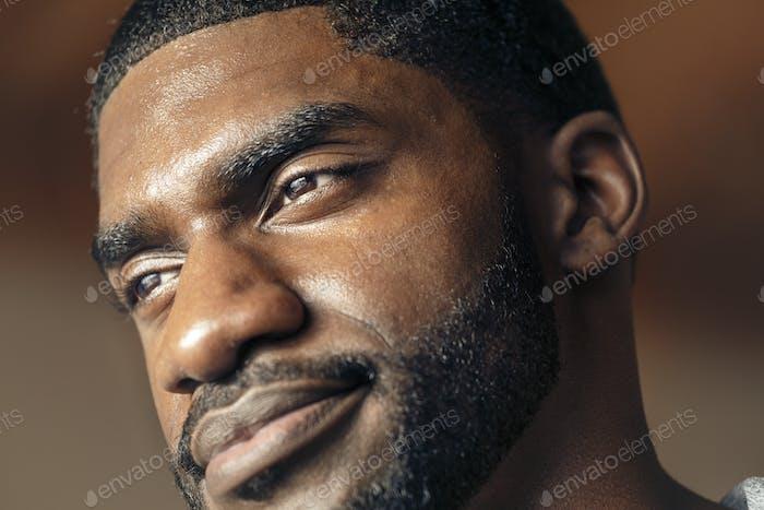 Gut aussehender schwarzer Mann mit Stoppeln