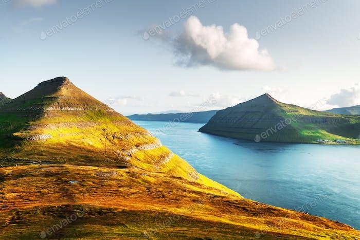 Unglaubliche Aussicht auf die Färöer Inseln, glühend durch Sonnenlicht
