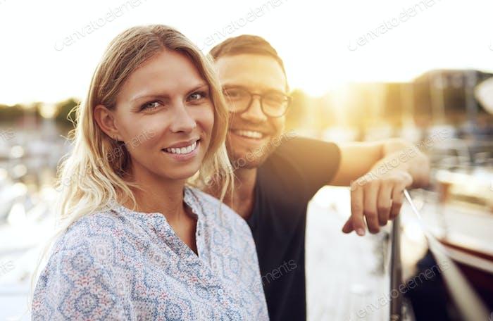 Paar sitzen auf ihrem Boot