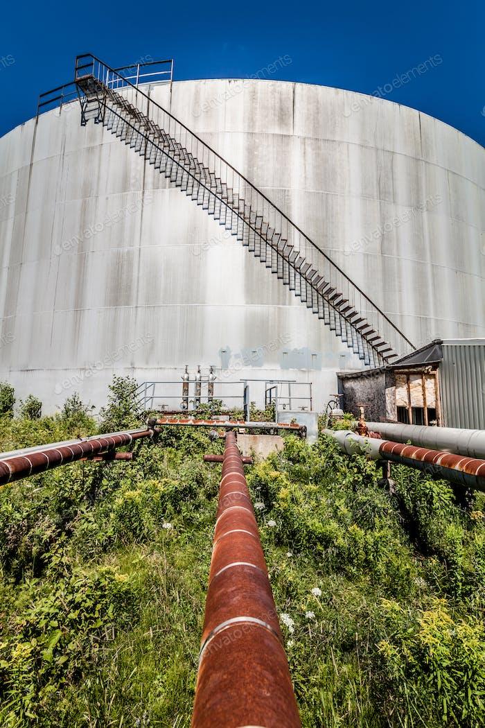Verlassene Ölraffinerie Gastank und Rostige Pipeline