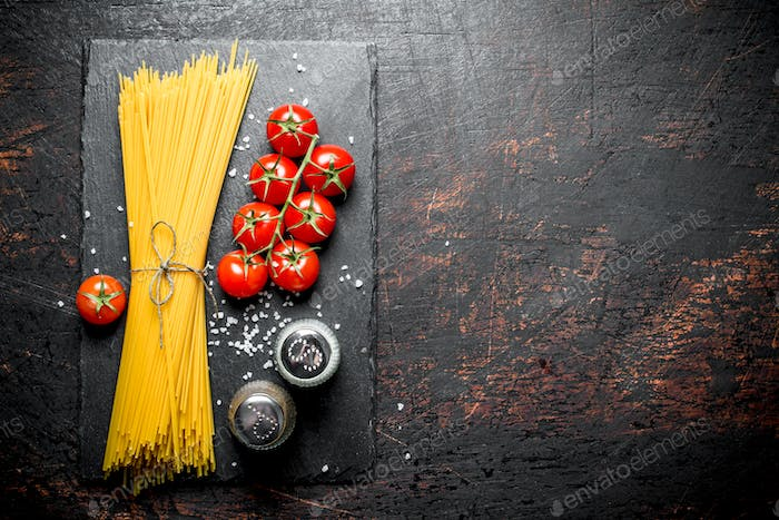 Raw spaghetti with tomatoes and spices.