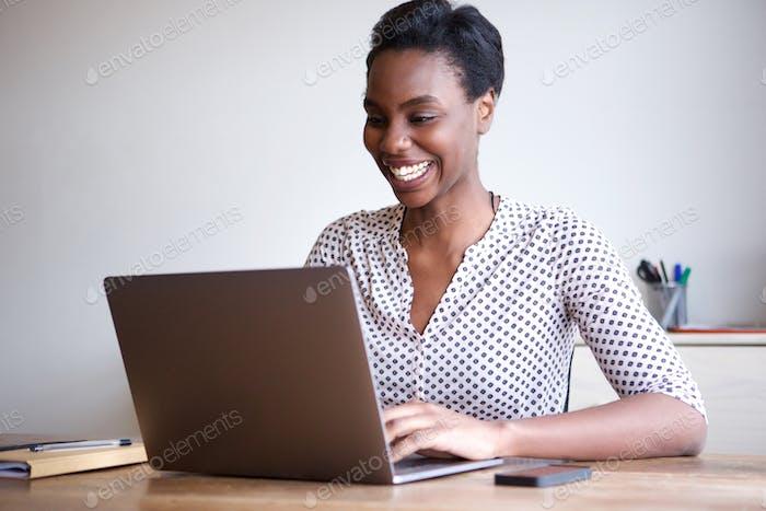 glückliche Frau arbeiten auf Laptop von Home Office