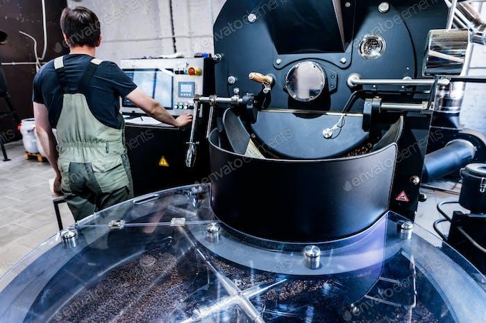 Kaffeeguss von der Röstermaschine zum Kühlzylinder.