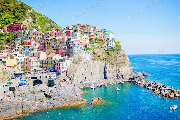 Herrliche Aussicht auf das schöne Dorf Manarola in der Cinque Terre Reserve. Region Ligurien