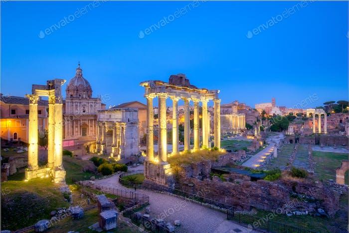 Forum Romanum archäologische Stätte in Rom nach Sonnenuntergang