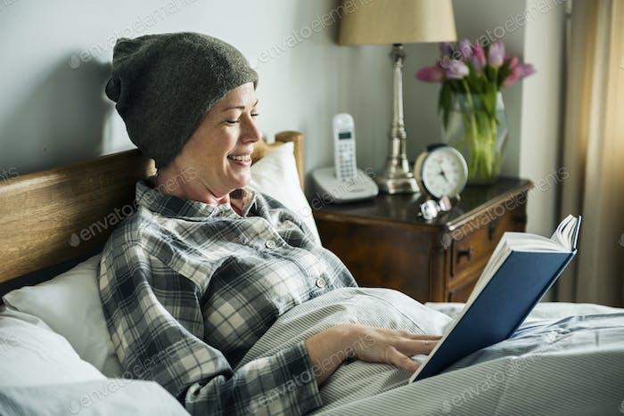 Lectura del paciente en la cama
