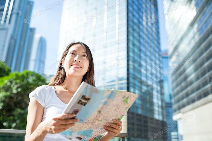 Mujer comprobando en el mapa