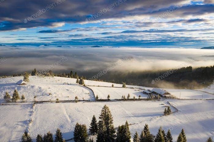 Vue de Drone du paysage hivernal magique. Vacances, concept de voyage.