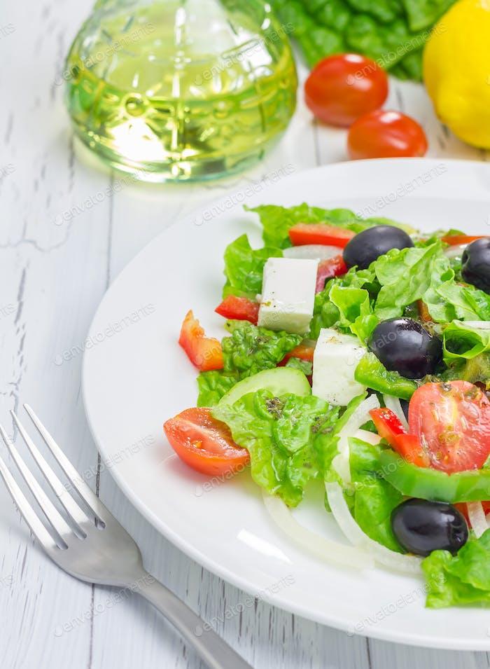 Griechischer Salat auf einem weißen Teller Nahaufnahme