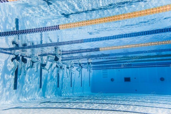 Nicht erkennbare professionelle Schwimmertraining