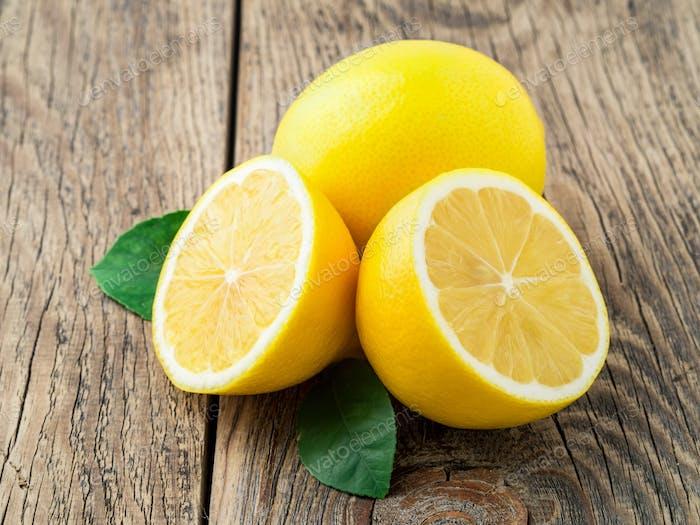 frische Zitrone und abgeschnitten Hälfte auf Holz alten Tisch, Seitenansicht