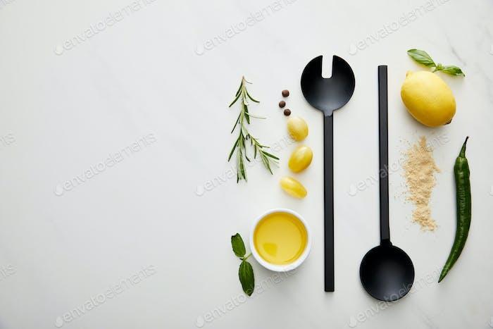 Draufsicht auf Schöpfkelle, Löffel mit Olivenöl und Gewürzen auf Marmorhintergrund