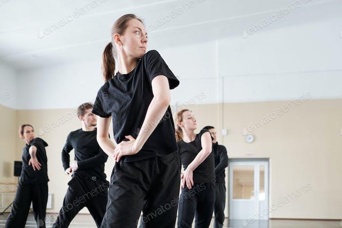 Gruppe von Tänzern Arbeiten in Studio