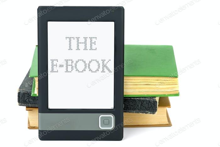Moderner eBook-Reader und alte Papierbücher