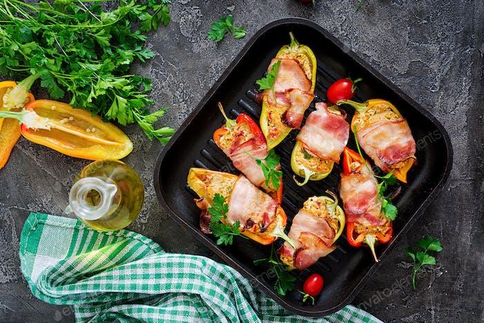 Gefüllte Paprika mit Hüttenkäse und Speck in der Pfanne auf dem Tisch. Balkan-Essen. Flache Lag. Ansicht von oben