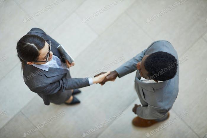 Händeschütteln mit neuem Geschäftspartner