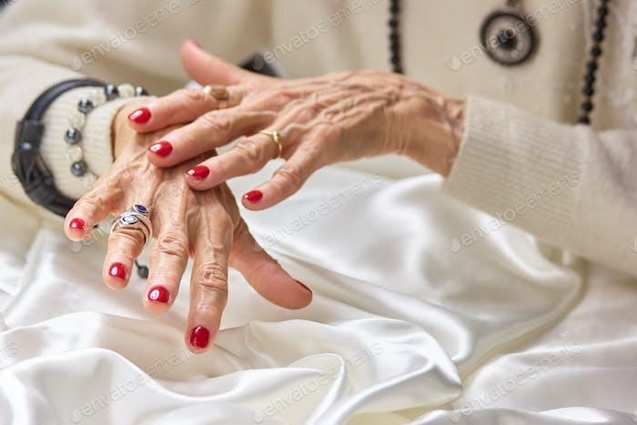 Senior gepflegte Hände mit Schmuck