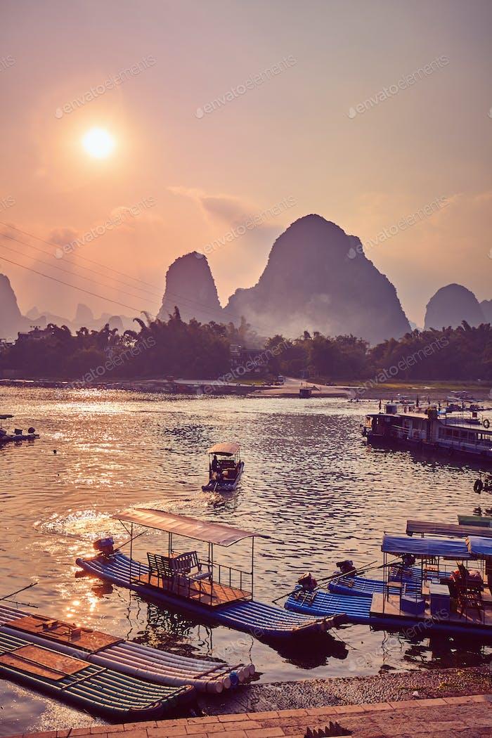 Puesta de  sol escénica sobre el río Li en Xingping, China.