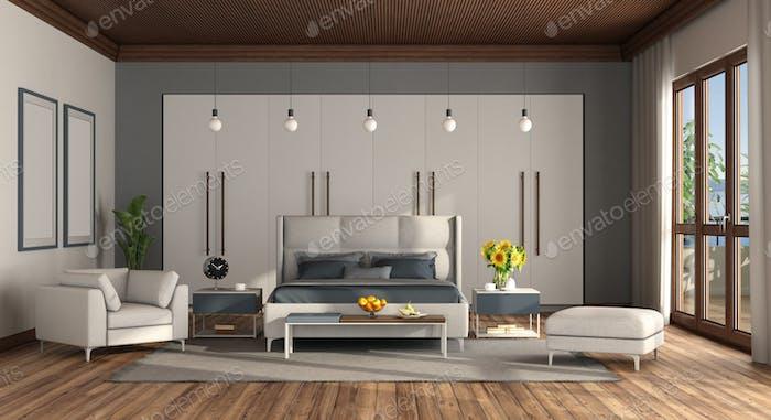 Gran dormitorio principal con cama doble y armario en el fondo