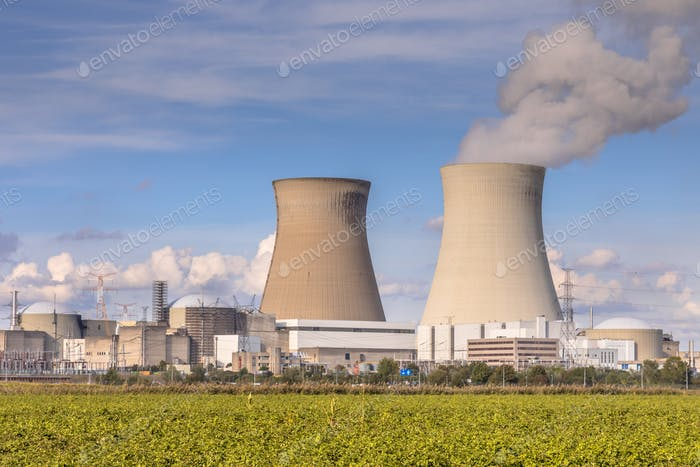 Nuclear power plant with cooling towers