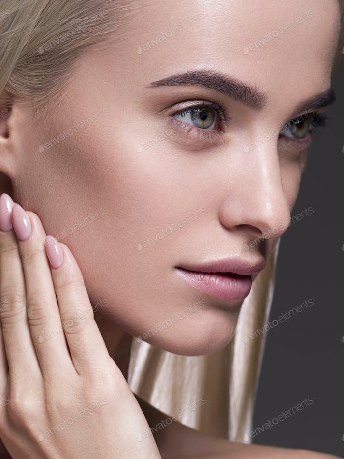 Natural maquillaje pelo rubio mujer cerca de la cara belleza retrato