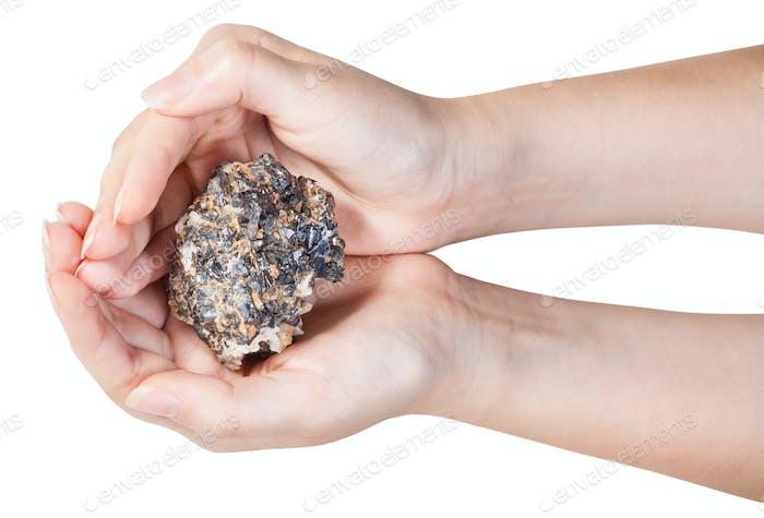 Draufsicht von Zink und Blei Mineralerz in Handvoll