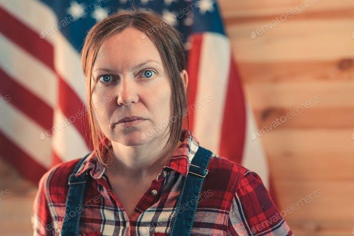 Porträt der selbstbewussten amerikanischen Landwirtin